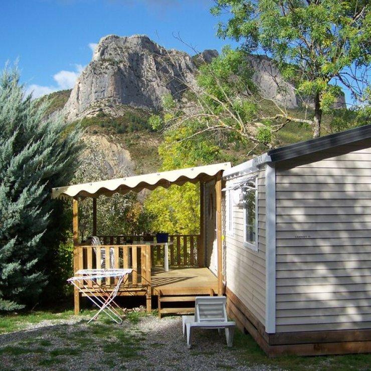 Camping des Princes d'Orange à Orpierre - Mobil home confort face aux falaises (Copyright : Camping des Princes d'Orange)