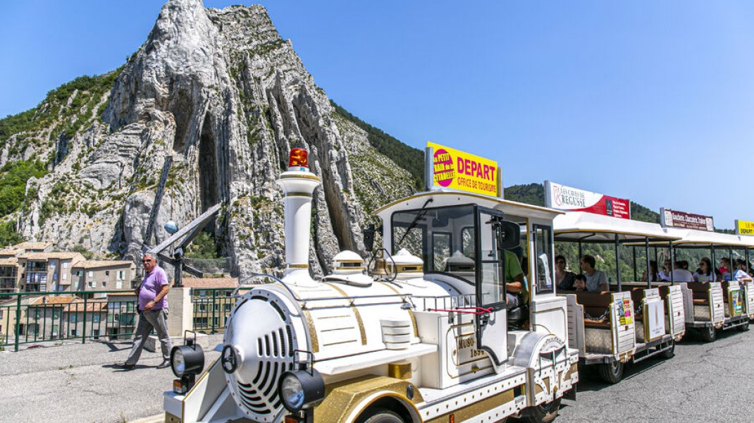 Le petit train de la Citadelle - Passage devant le Rocher de la Baume (Copyright : Thibault Vergoz)