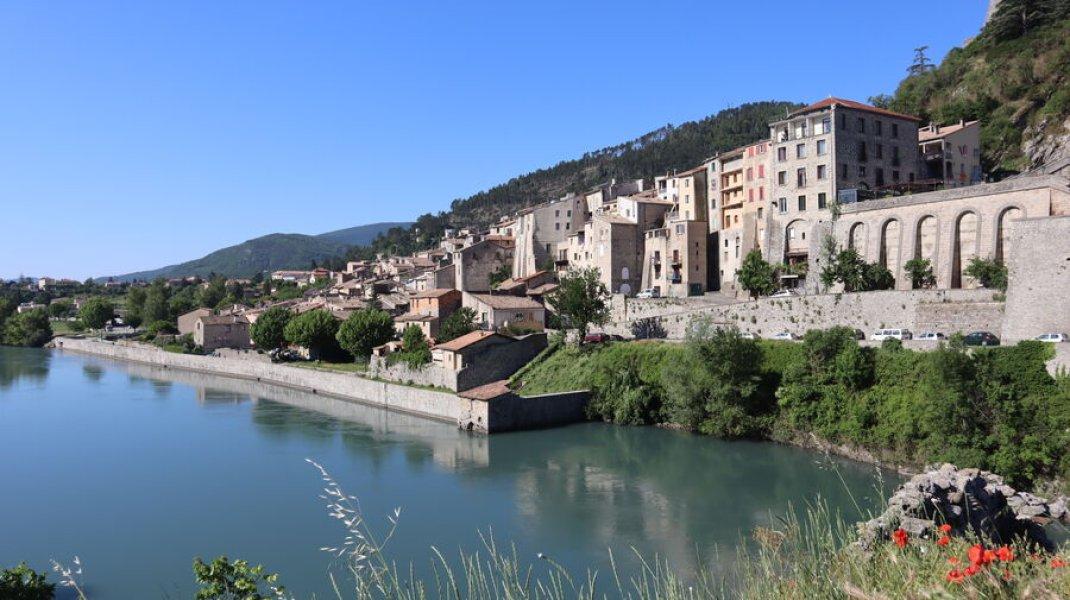 Randonnée le Trou de l'Argent à Sisteron - Sisteron au bord de la Durance (Copyright : Office de Tourisme Sisteron Buëch)