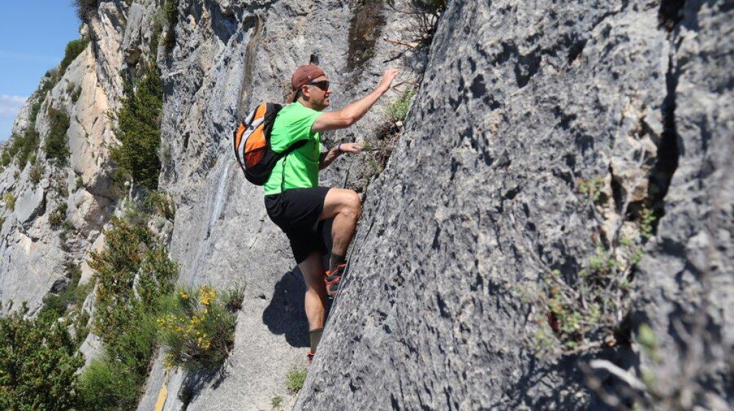Randonnée le Trou de l'Argent à Sisteron - Accès au sommet à l'aide d'un cable (Copyright : Office de Tourisme Sisteron Buëch)