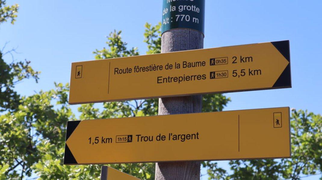 """Randonnée le Trou de l'Argent à Sisteron - Panneau """"""""Montée de la Grotte alt. 770m"""" (Copyright : Office de Tourisme Sisteron Buëch)"""