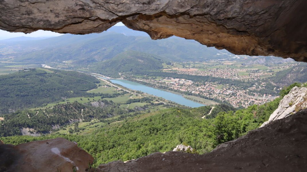 Randonnée le Trou de l'Argent à Sisteron - La vallée de la Durance depuis la grotte (Copyright : Office de Tourisme Sisteron Buëch)