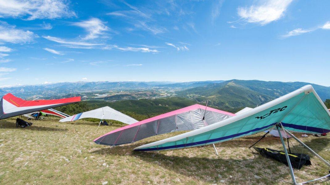 Site international de vol libre de Laragne Chabre - Les deltas en attente (Copyright : Xavier Mordefroid)