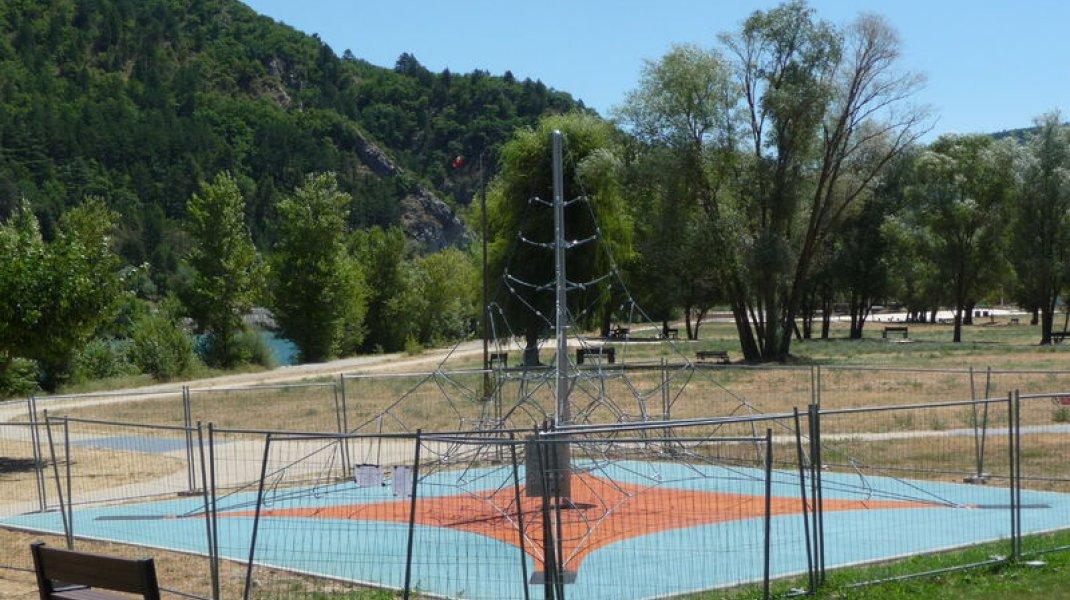 Aire de jeux du plan d'eau des Marres à Sisteron - Jeux pour enfants (Copyright : Office de Tourisme Sisteron Buëch)
