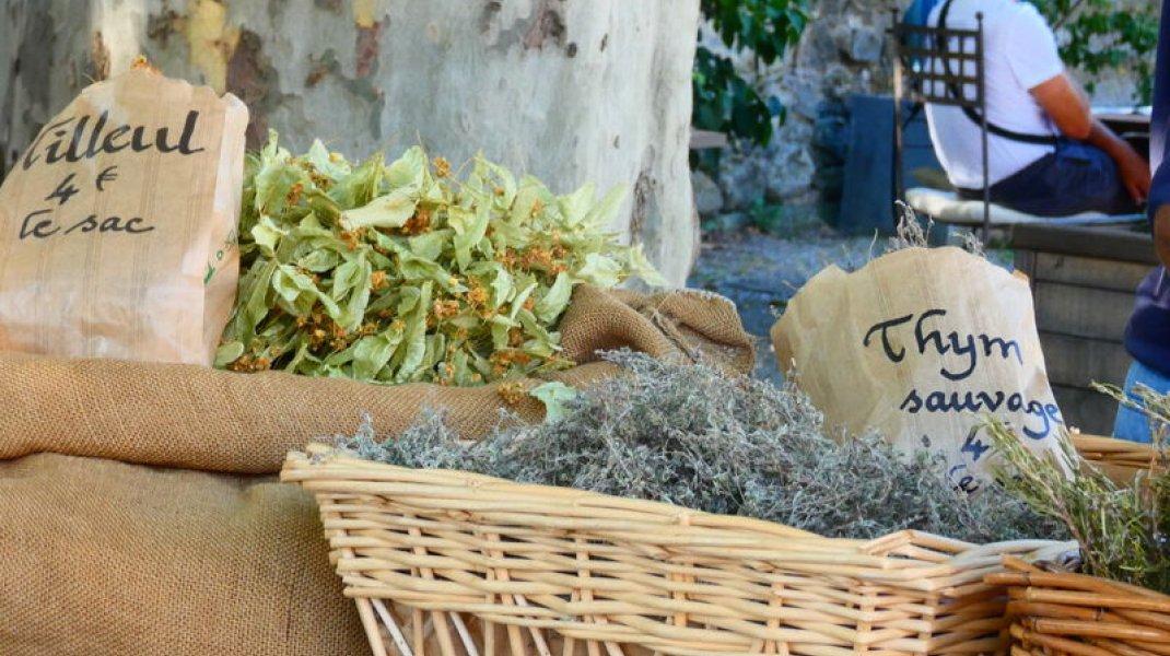 Marché de Rosans - Plantes aromatiques sur le marché (Copyright : Office de Tourisme Sisteron Buëch)