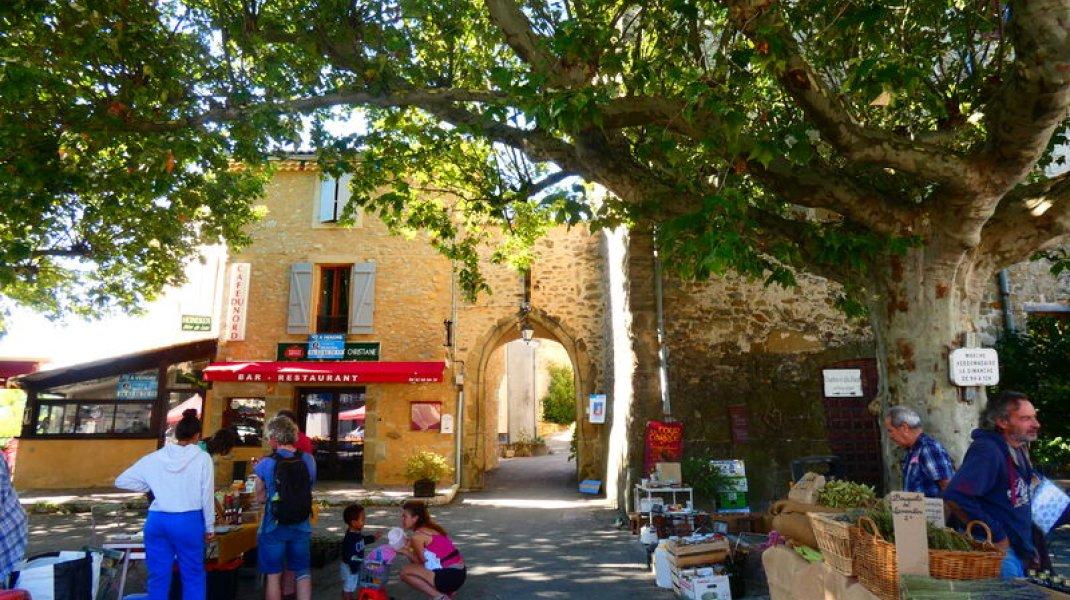 Marché de Rosans - Le Marché sur la place du Château (Copyright : Office de Tourisme Sisteron Buëch)