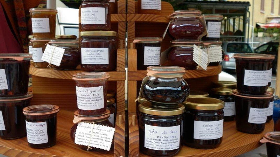 Le marché de Serres - Produits locaux (Copyright : Office de Tourisme Sisteron Buëch)