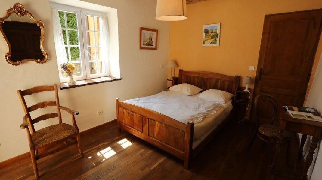 Chambre double avec lit en noyer fabriqué par mon grand père. (Copyright : Gîtes de France)