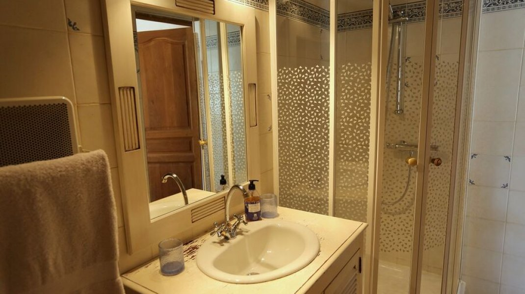 Salle de bains privative avec douche. (Copyright : Gîtes de France)