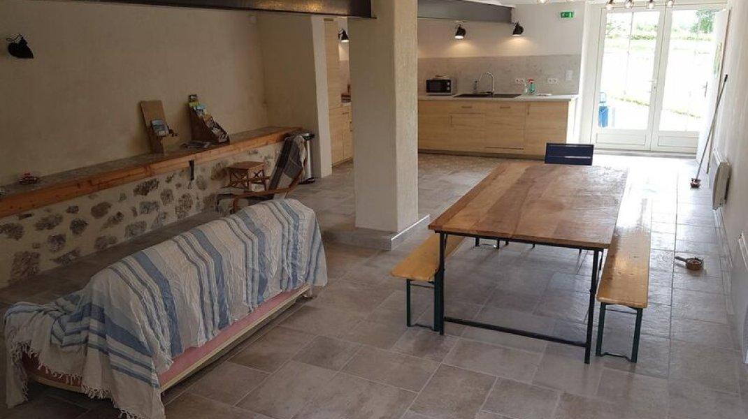 Salle commune à disposition avec cuisine et coin salon (Copyright : Gîtes de France)
