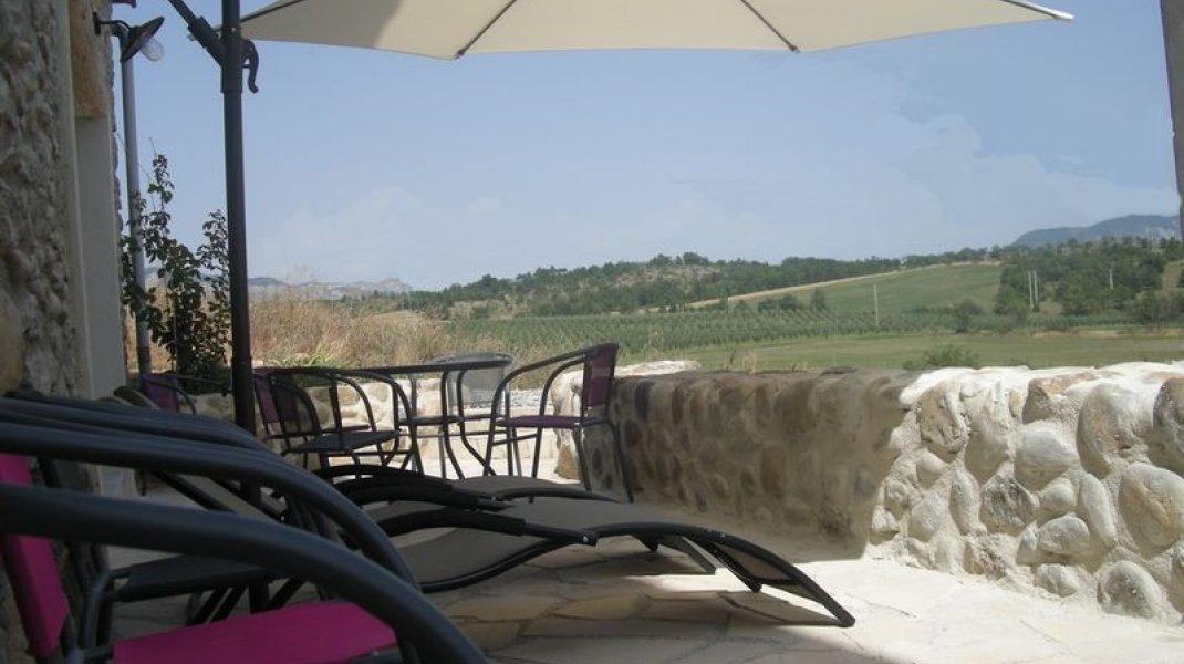 Les gîtes d'Eliane - Un air de campagne - Terrasse (Copyright : Office de Tourisme Sisteron Buëch)
