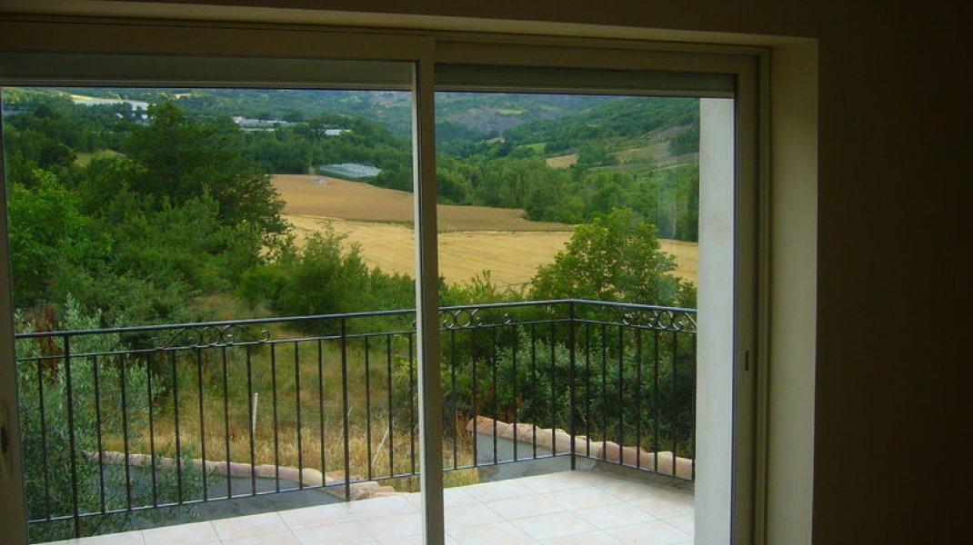 Maison de campagne Aux Deux Oliviers - Baie vitrée (Copyright : R. Pintz)
