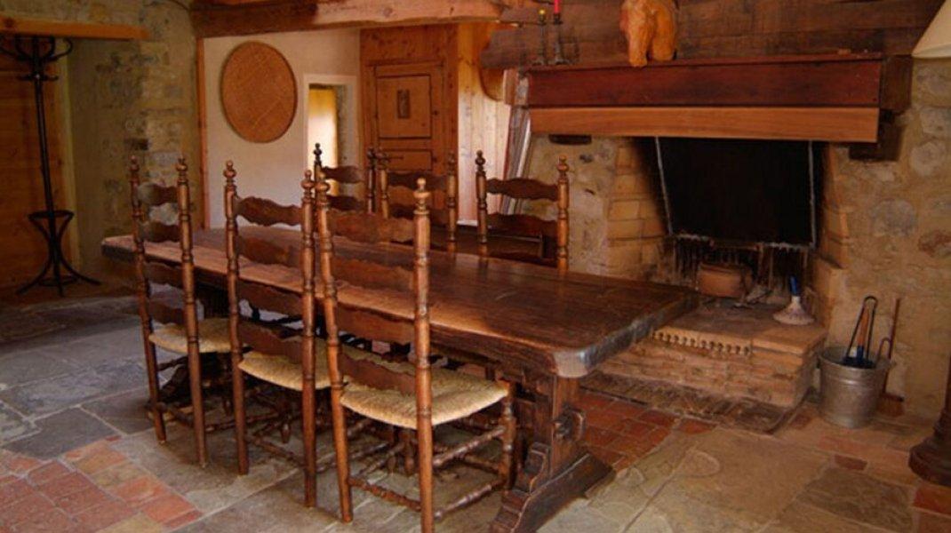 Gîte le Petit Terrus à Montclus - Salle à manger avec cheminée (Copyright : Corinne Vallière)