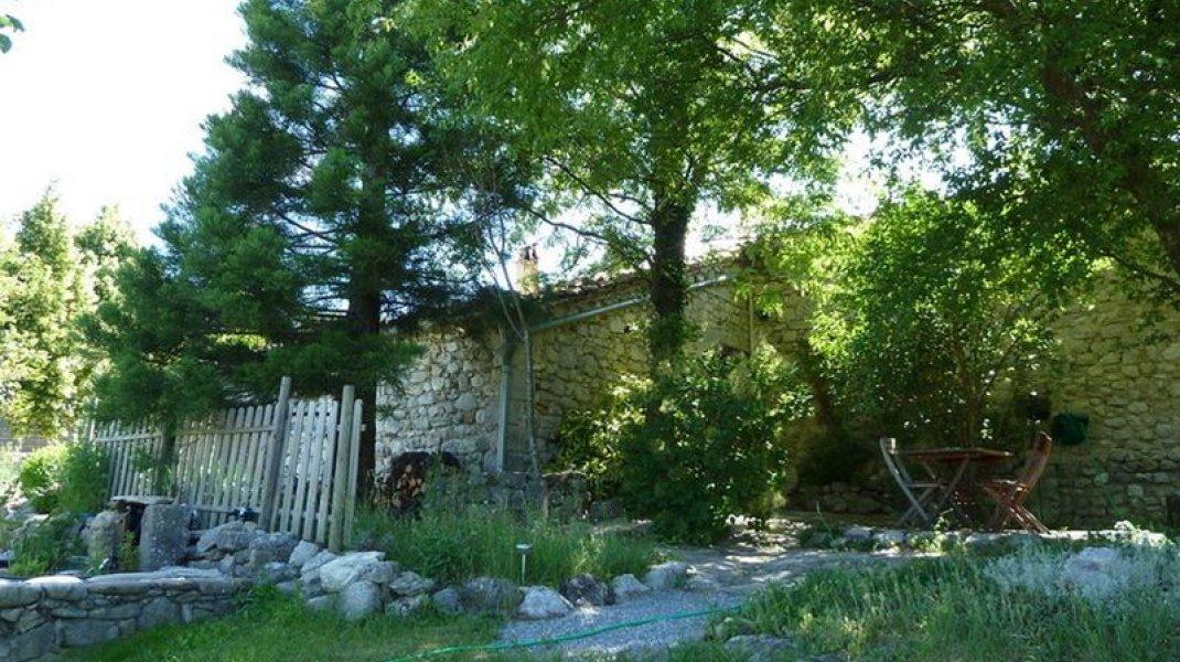 Le Rocher de l'Aigle Savournon - L'entrée et le petit jardin (Copyright : Le Rocher de l'Aigle Savournon)