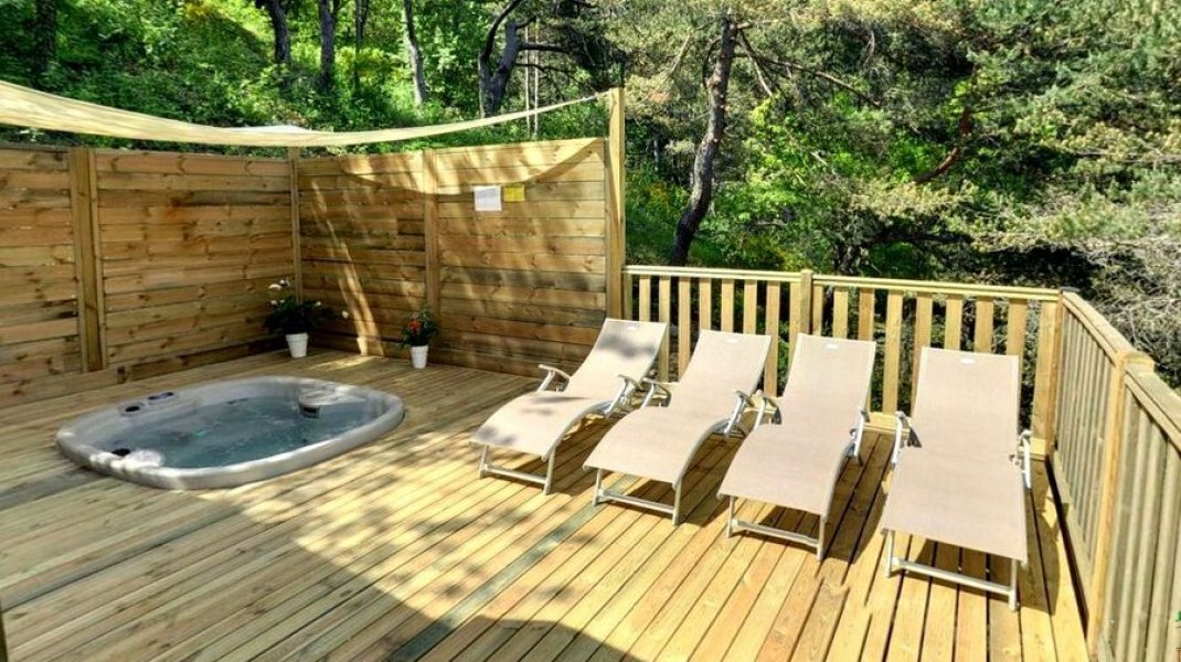 Camping des Princes d'Orange à Orpierre - Mobile home premium avec jacuzzi (Copyright : Camping des Princes d'Orange)