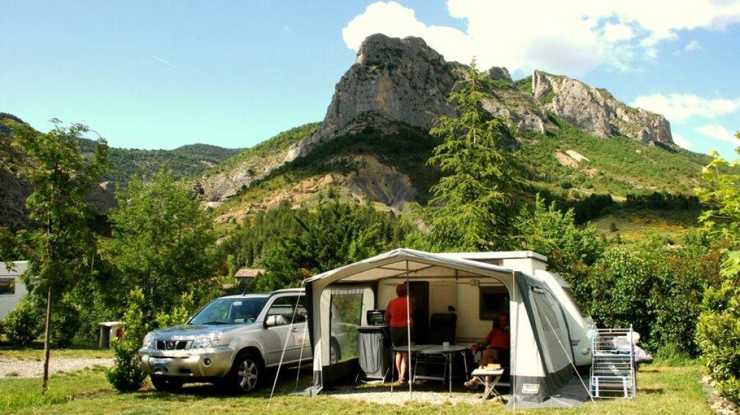 Camping des Princes d'Orange à Orpierre - Emplacements vastes avec vue (Copyright : Camping des Princes d'Orange)