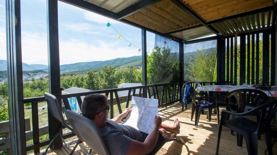 Camping Les Hauts de Rosans - Terrasse mobilhome (Copyright : Camping Les Hauts de Rosans)