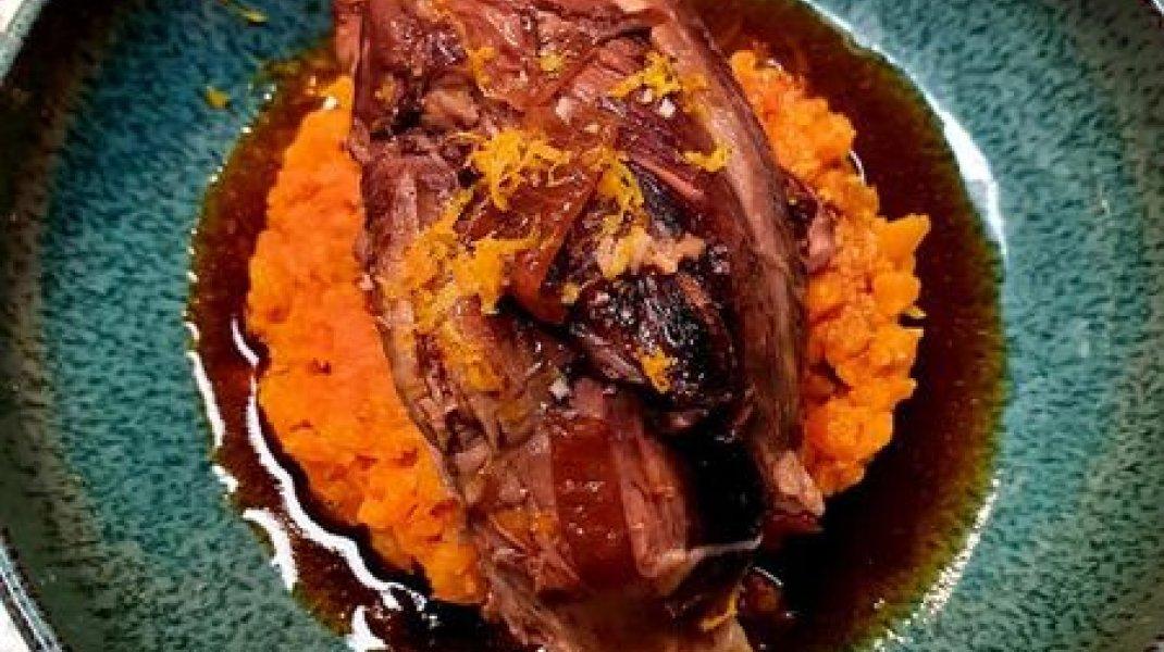 Restaurant Il était une fois à Sisteron - Jarret de veau braisé à l'orange. Embeurré de carotte déglacé au côte de Gascogne (Copyright : Restaurant Il était une fois)