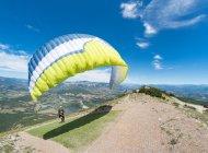 Site international de vol libre de Laragne Chabre - parapentiste au décollage (Copyright : Xavier Mordefroid)