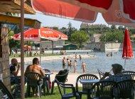 Plan d'eau des Marres à Sisteron - Buvette ombragée au plan d'eau (Copyright : Thibault Vergoz)