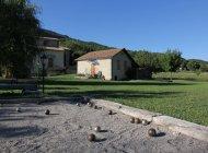 La maison du bas et le terrain de pétanque (Copyright : L. Ravel)