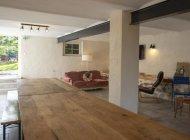 Salle commune à disposition avec cuisine et coin salon. (Copyright : Gîtes de France)