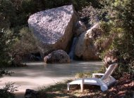 Aco de Roman - Gîte Colline - Repos au bord de la rivière (Copyright : Gîtes de charme haute provence)