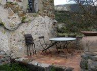Gîte le Petit Terrus à Montclus - Terrasse avec salon de jardin (Copyright : Corinne Vallière)