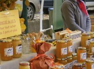 Yves et Elisabeth Bernard, apiculteurs à Orpierre - Sur le marché (Copyright : Office de tourisme Sisteron Buëch)
