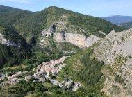 Village d'Orpierre et ses falaises (Copyright : Into The Cliff)