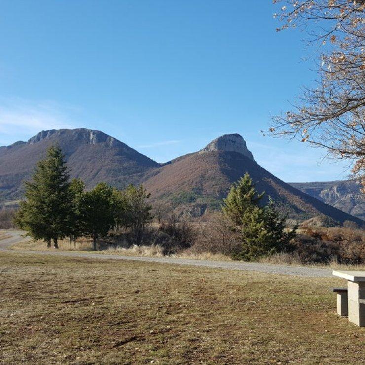 Aire de pique nique du plateau de Lagrand - Table de pique nique de Lagrand avec vue sur le Montgarde (Copyright : Office de Tourisme Sisteron Buëch)