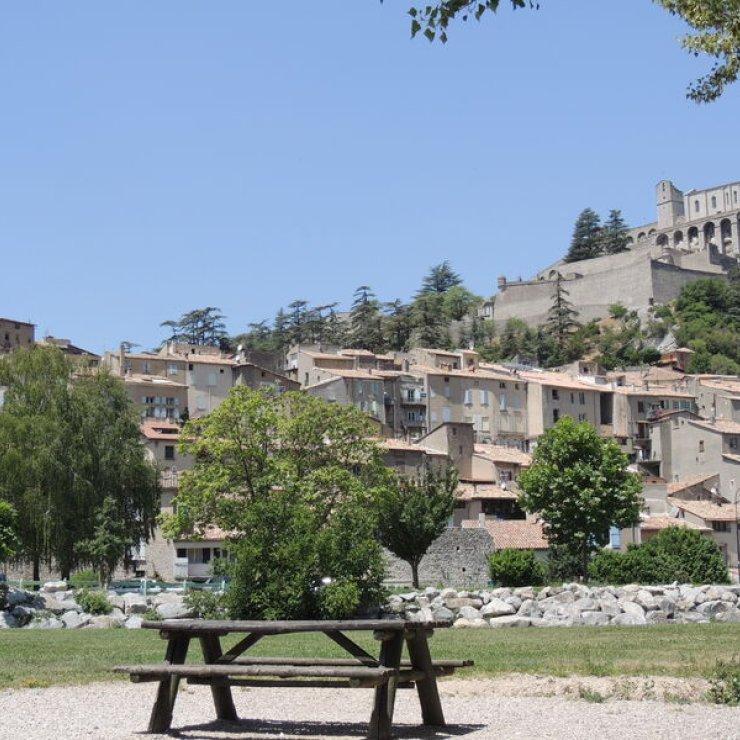 Aire de pique-nique - Aire de pique-nique du plan d'eau de Sisteron (Copyright : Office de Tourisme Sisteron Buëch)