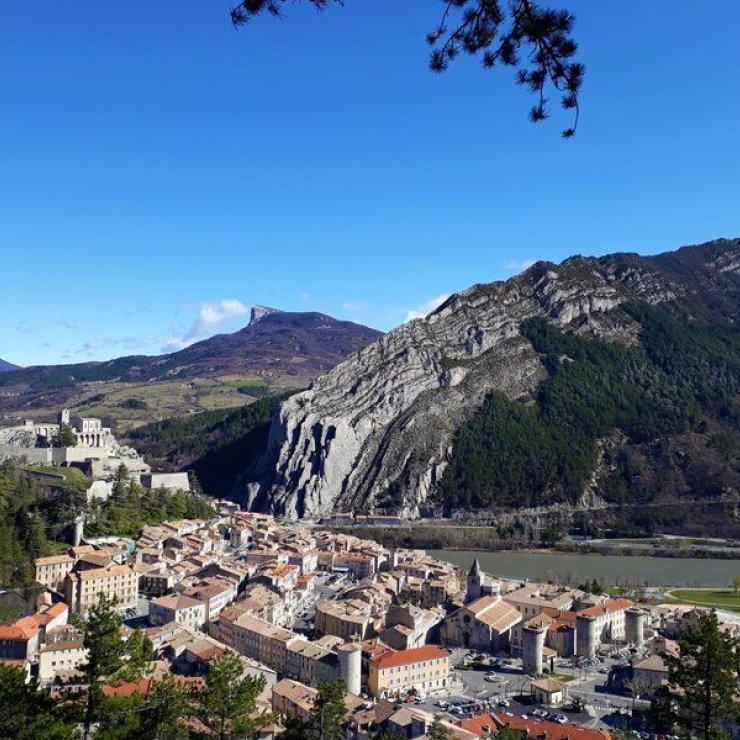 Itinéraire de rando Le Bois de Buche - Le sentier surplombe Sisteron (Copyright : Communauté de Communes Sisteronais Buëch)