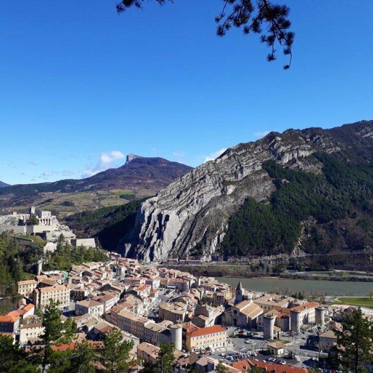 Itinéraire de rando Le Tour de la Colle - Vue plongeante sur Sisteron (Copyright : Communauté de Communes Sistronais Buëch)
