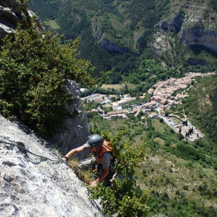 Site d'escalade d'Orpierre - Grandes voies surplombant le village d'Orpierre (Copyright : Grimper à Orpierre)