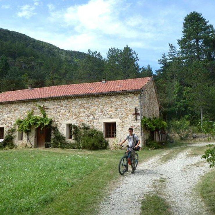 Circuit VTT Le Bois de l'Infernet - Portion sur piste (Copyright : Communauté de Communes Sisteronais Buëch)