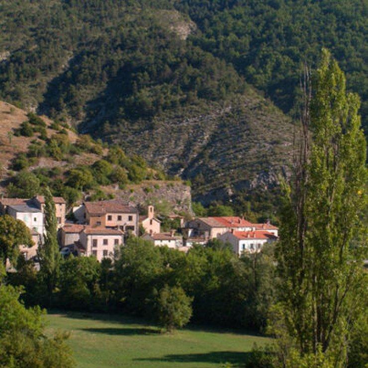 """Itinéraire de rando """"Le Barret"""" - Village de Montclus (Copyright : Office de Tourisme Sisteron Buëch)"""