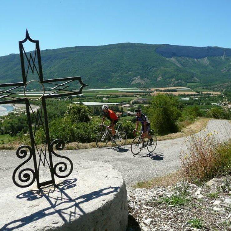 Circuit ciclo La Route des Princes d'Orange - Montée au village perché de Lagrand (Copyright : Communauté de Communes Sisteron Buëch)