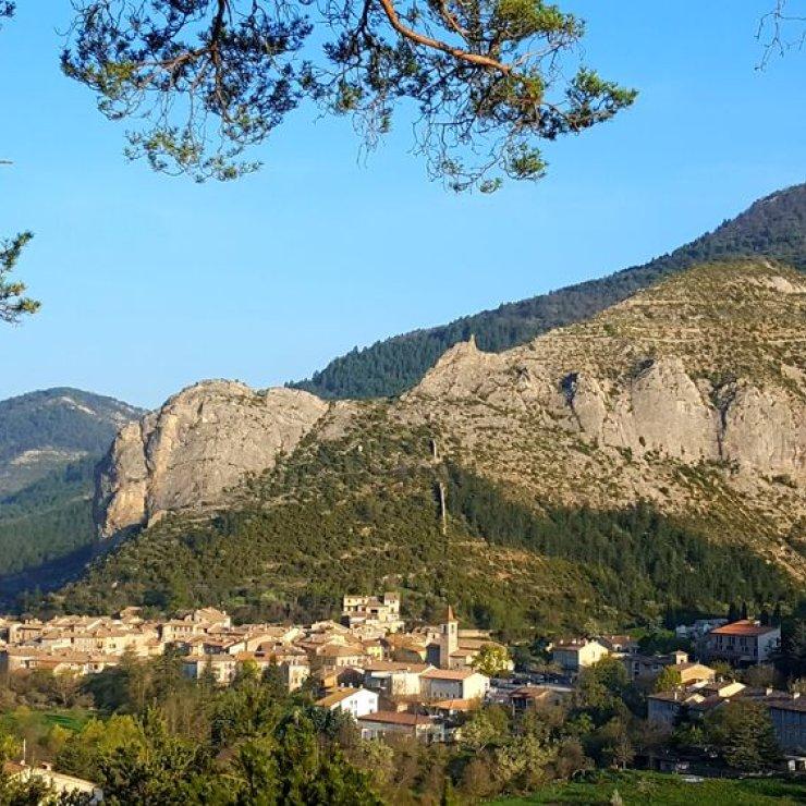 Itinéraire de rando la plaine des Bessons - Le village d'Orpierre depuis le GR 946 (Copyright : Office de Tourisme Sisteron Buëch)