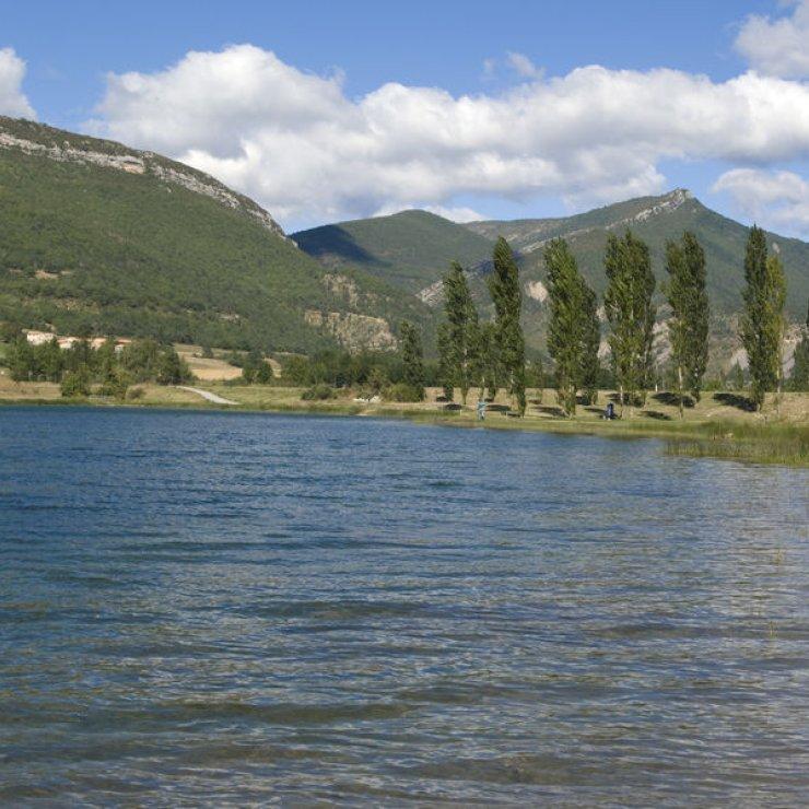 """Circuit VTT """"Au bord de l'eau"""" - Base de loisirs de la Germanette à Serres (Copyright : Office de Tourisme Sisteron Buëch)"""