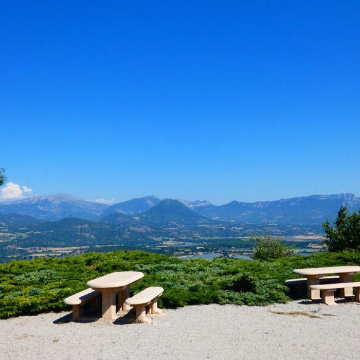 Aire de pique nique de la Tour d'Upaix - Aire de pique nique de la Tour d'Upaix (Copyright : Office de Tourisme Sisteron Buëch)