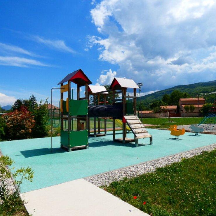 Aire de jeux de Châteauneuf-de-Chabre - Jeux pour enfants à Châteauneuf-de-Chabre (Copyright : Office de Tourisme Sisteron Buëch)