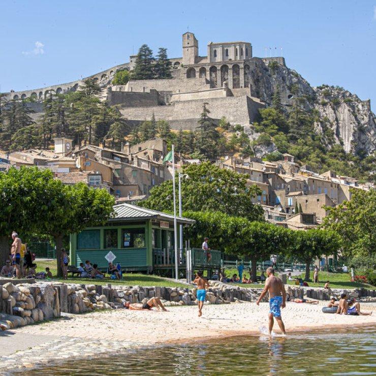 Plan d'eau des Marres à Sisteron - Baignade avec vue sur la Citadelle (Copyright : Thibault Vergoz)