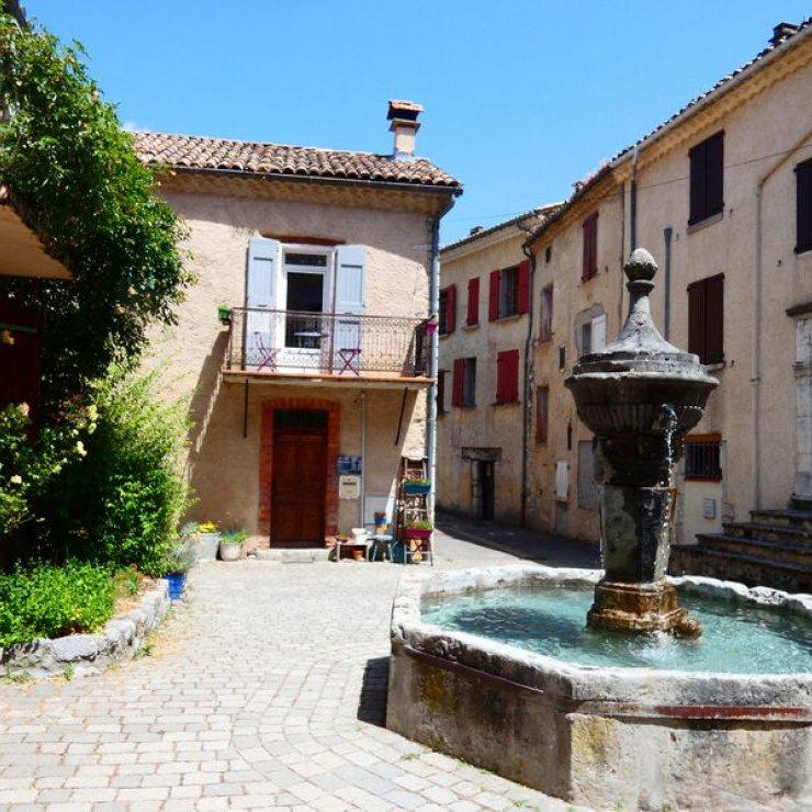 Orpierre circuit confort - Balade accessible dans le village, place de la Fontronde (Copyright : Office de Tourisme Sisteron Buëch)