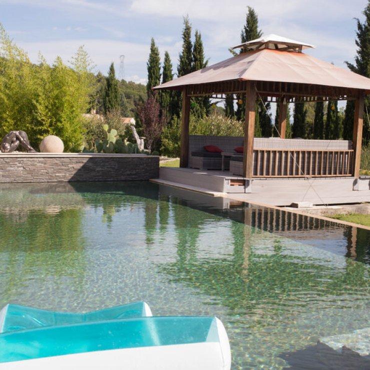 La maison du temps suspendu - Pergola au bord de la piscine (Copyright : P. Couderc)