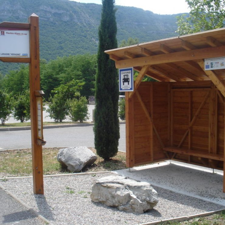Aire de covoiturage Laragne-Montéglin sur le parking de Veragne - Aire de covoiturage Hautes-Alpes (Copyright : CCSB)